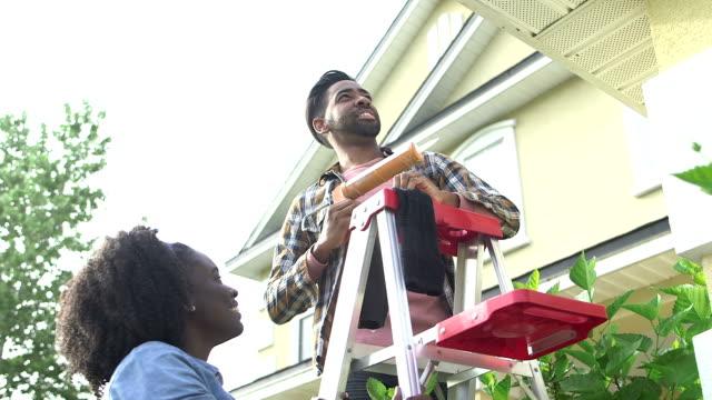 vídeos de stock e filmes b-roll de couple doing some home repairs outside house - bricolage