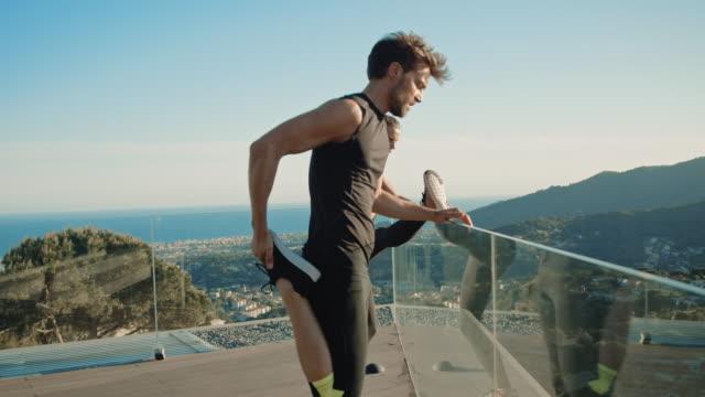 couple doing workout - rozgrzewka filmów i materiałów b-roll