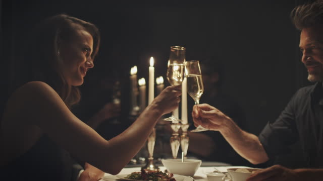 シャンペンを飲みながらカップル - 食事する点の映像素材/bロール