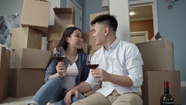 par som dricker vin i ny lägenhet - wine box bildbanksvideor och videomaterial från bakom kulisserna