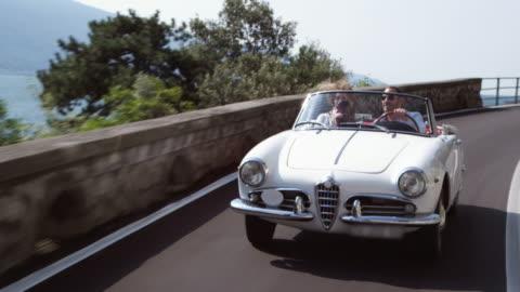vidéos et rushes de couple conduite cabriolet - richesse