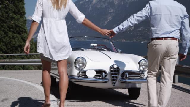 vídeos de stock e filmes b-roll de casal condução cabriolet - enjoying wealthy life