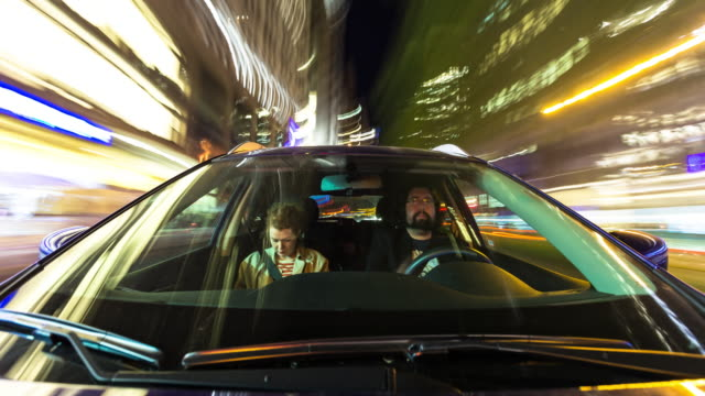 vídeos de stock e filmes b-roll de couple driving through manhattan at night - time lapse - exposição longa