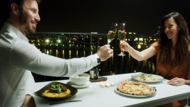 カップルでのロマンチックなディナー - 食事する点の映像素材/bロール
