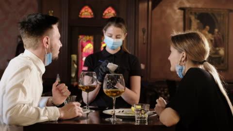 vidéos et rushes de couples mangeant au bar rouvrent après restriction de quarantaine - bar