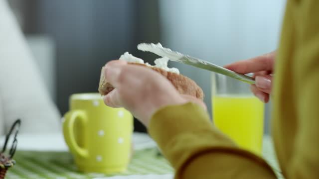 coppia di mangiare la prima colazione - formaggio spalmabile video stock e b–roll