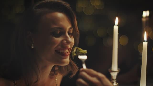 夕食を食べてカップル - 食事する点の映像素材/bロール