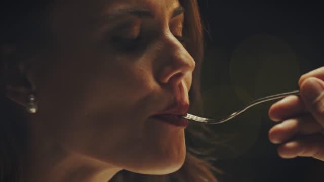 vidéos et rushes de couple en train de dîner - fourchette
