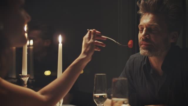 yemek yerken çift - flört etmek stok videoları ve detay görüntü çekimi