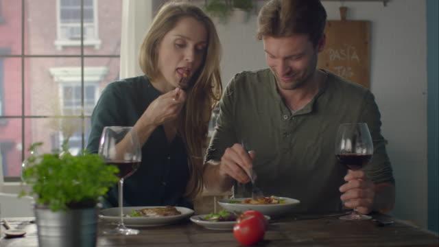 paar essen selbst zubereiteten speisen in der küche - pasta stock-videos und b-roll-filmmaterial