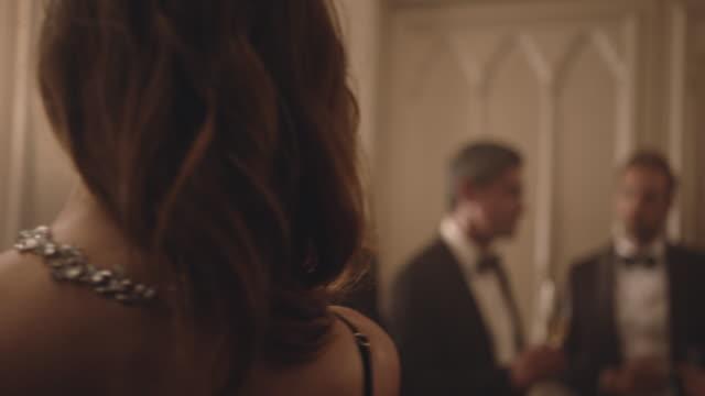 vídeos de stock e filmes b-roll de couple enjoying a romantic dance at a party - enjoying wealthy life