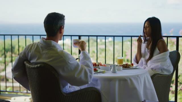 カップル リゾートで楽しむ朝食 ビデオ