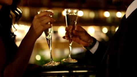paare genießen champagner - eleganz stock-videos und b-roll-filmmaterial