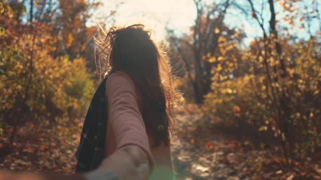 stockvideo's en b-roll-footage met paar genieten van dag samen in het bos. - lood
