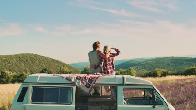 couple enjoying landscape view during vacation - road trip стоковые видео и кадры b-roll