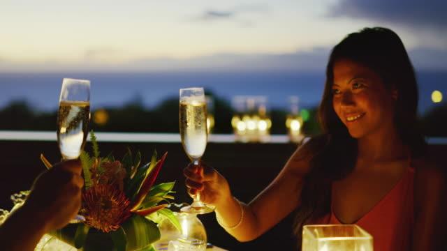 stockvideo's en b-roll-footage met paar genieten van romantische diner - restaurant table