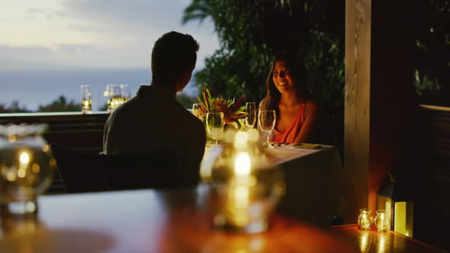 vídeos de stock, filmes e b-roll de casal curtindo um jantar romântico - jantar
