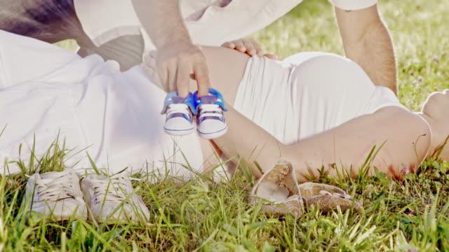 vidéos et rushes de bébé tout en attendant ds couple - allongé sur le dos