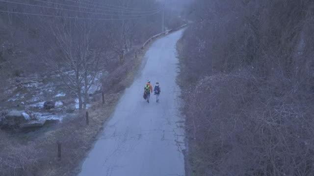 couple exploring the countryside - bułgaria filmów i materiałów b-roll