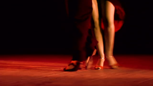 足のタンゴカップルを実行 - 人の脚点の映像素材/bロール