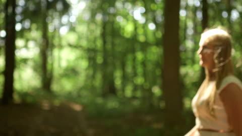 vídeos y material grabado en eventos de stock de plano medio dolly shot pareja coquetear en día soleado en bosque - miembro humano