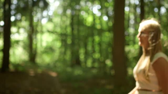 vídeos y material grabado en eventos de stock de plano medio dolly shot pareja coquetear en día soleado en bosque - brazo humano