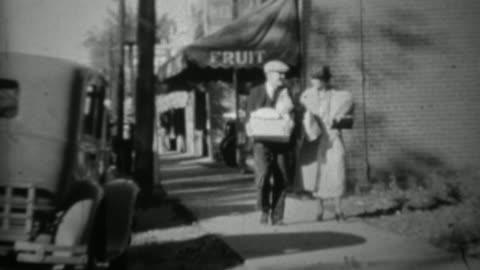 vidéos et rushes de 1936: épicerie de couple de fruiterie quelques sacs de nourriture. - vintage