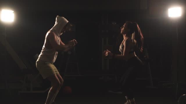 vídeos de stock e filmes b-roll de couple gym training - dedicação