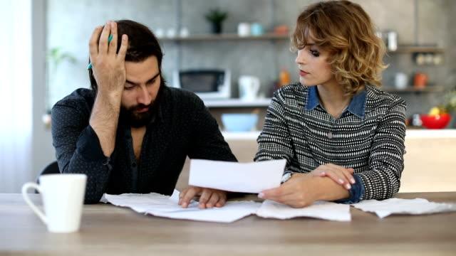 la coppia ha problemi di denaro - divorce video stock e b–roll