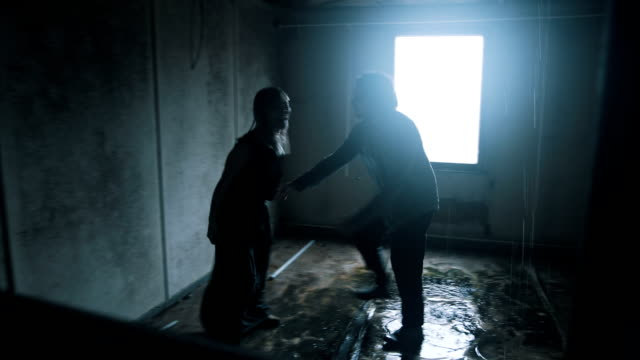 Couple have big fight in abandoned house video