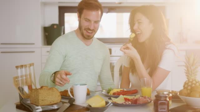 vídeos de stock, filmes e b-roll de casal fazendo uma refeição - salsicha
