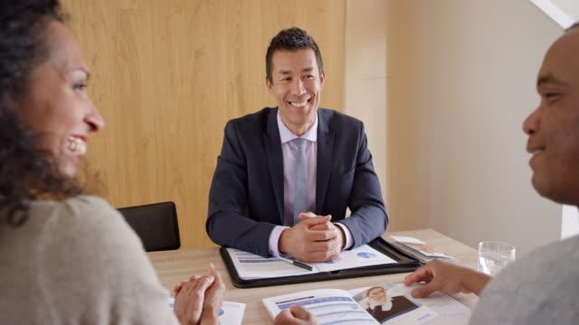Casal tendo um encontro com um agente de seguros asiático - vídeo