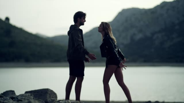 couple having a relationship crisis on vacations - walczyć filmów i materiałów b-roll