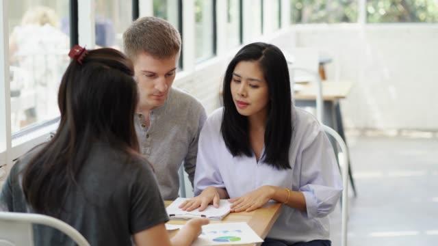 vídeos y material grabado en eventos de stock de pareja de conversación sobre el contrato de préstamo de documento de finanzas personales, bienes raíces compra venta representan. - abogado
