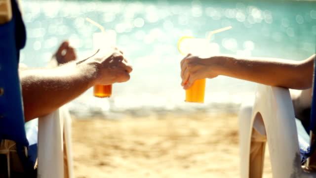 vídeos y material grabado en eventos de stock de par disfruta de bebidas junto a la piscina, vacaciones - cóctel