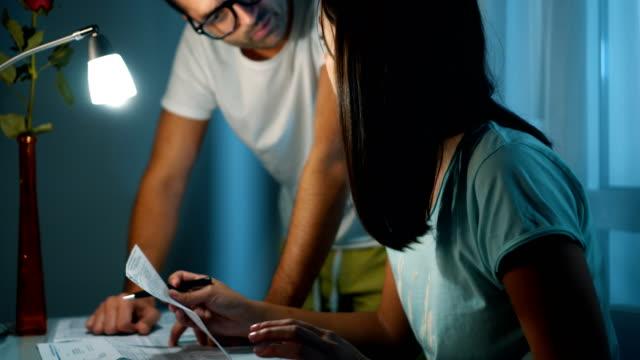 vídeos de stock e filmes b-roll de couple having financial problems - bills couple