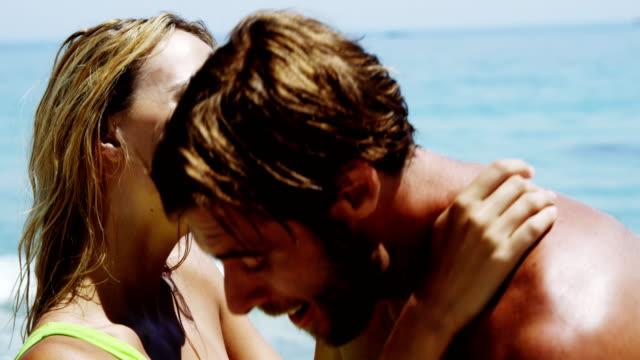 Par divirtiéndose en la playa - vídeo