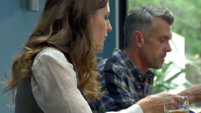 hd 超スローモーション: あるカップルランチ - 食事する点の映像素材/bロール