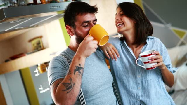 vídeos y material grabado en eventos de stock de par tener el café de la mañana en casa. - café bebida