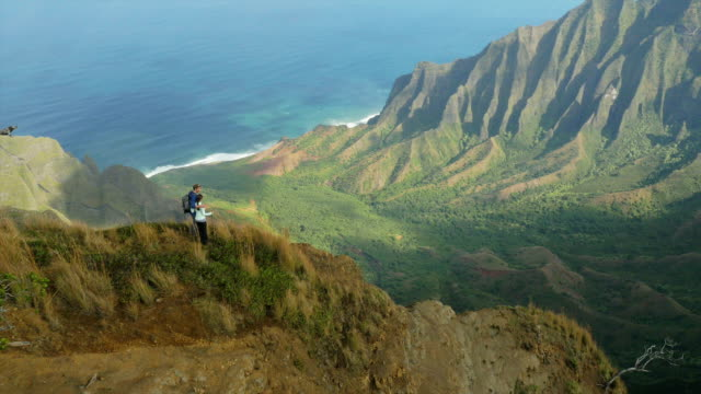 couple hiking in hawaii's na pali coast - perfektion bildbanksvideor och videomaterial från bakom kulisserna