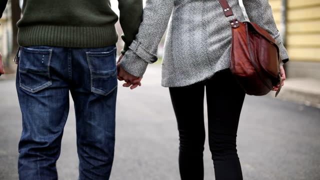 coppia tenendo le mani e piedi - viaggio d'istruzione video stock e b–roll