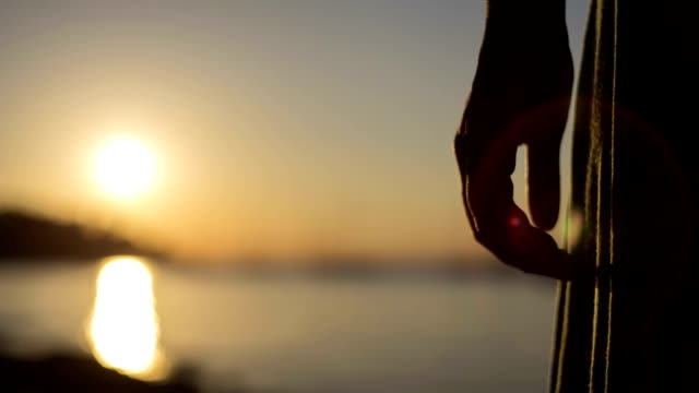 coppia tenendo le mani al tramonto - mano donna dita unite video stock e b–roll