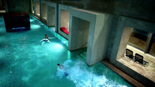 hd -: paar in einem großen swimmingpool - sauna und nassmassage stock-videos und b-roll-filmmaterial
