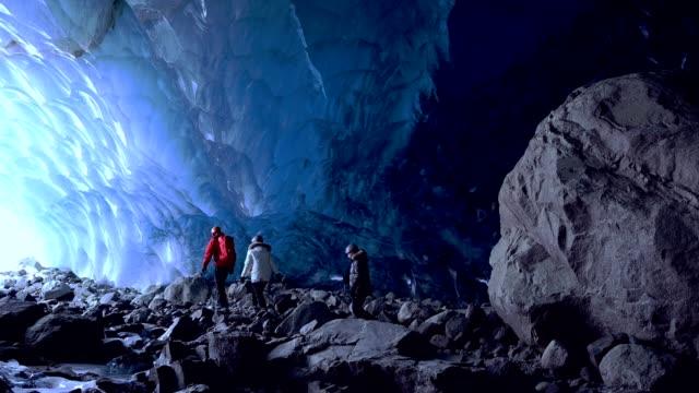 vídeos y material grabado en eventos de stock de pareja en una cueva de hielo glacial antigua - viaje a canadá
