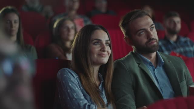 couple in cinema - para aranżacja filmów i materiałów b-roll