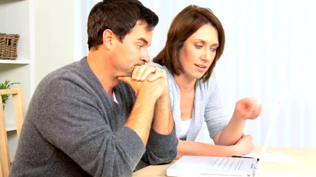 金融ストレスのカップル - 請け戻し権喪失点の映像素材/bロール