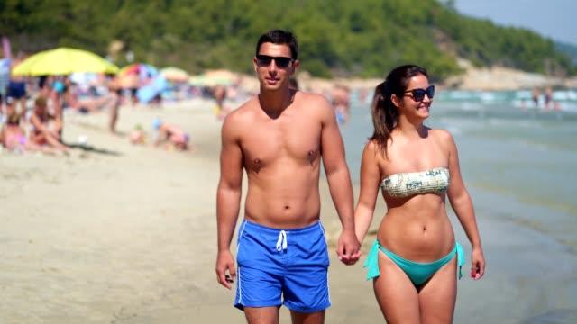 Paar in der Liebe einen Strandspaziergang genießen – Video