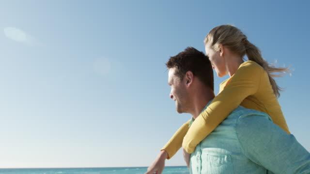 paar in der liebe genießen freizeit am strand zusammen - niedrig stock-videos und b-roll-filmmaterial