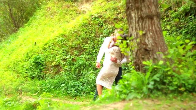 vídeos y material grabado en eventos de stock de beso pareja en el amor - brazo humano