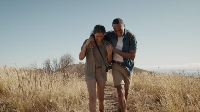 verliebtes paar auf einer bergwanderung - person gemischter abstammung stock-videos und b-roll-filmmaterial